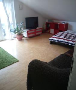 geräumiges Dachgeschosszimmer im Münchner Süden - Oberhaching - Appartement