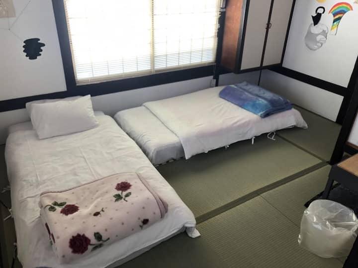 直島・豊島旅に最適!シングルサイズベッド2台、室外専用バス・共用トイレ 個室/和室