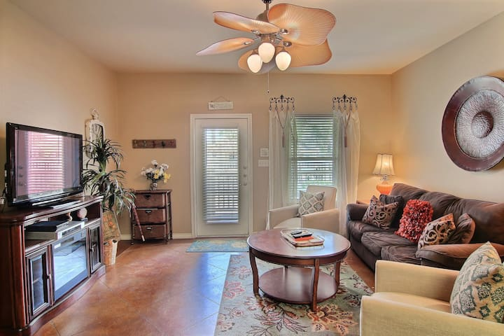 Palm Bay townhouse w/shared pool, patio, close to Schlitterbahn & beach- dogs ok
