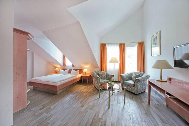 Waldhotel Bächlein (Mitwitz), Doppelzimmer Komfort Plus mit großem Bad und Balkon