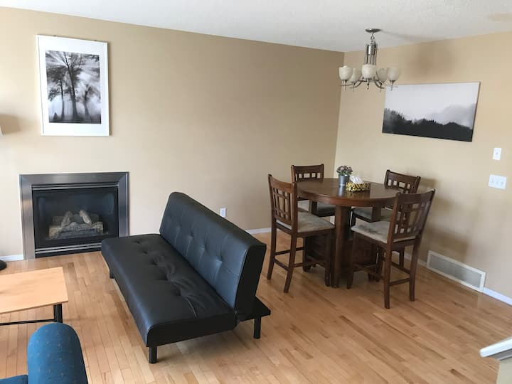 Cozy 3 Bdrm Home w/AC Close to YYC/Hwy Max6 Adults