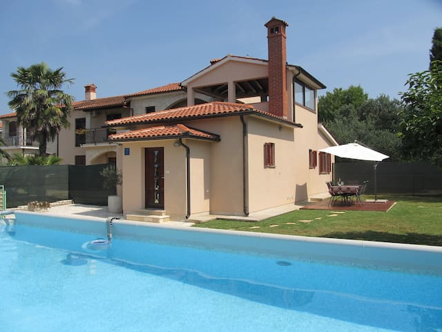 House with pool in quiet area - Galižana - Rumah