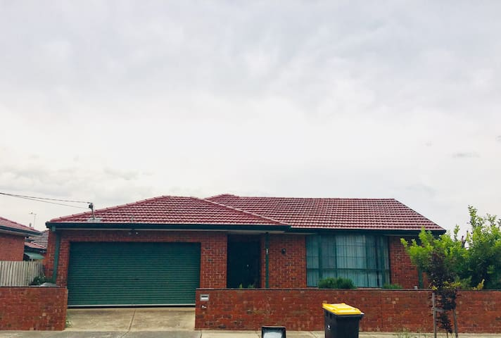 Double Bedroom available shared in a house at Clayton area