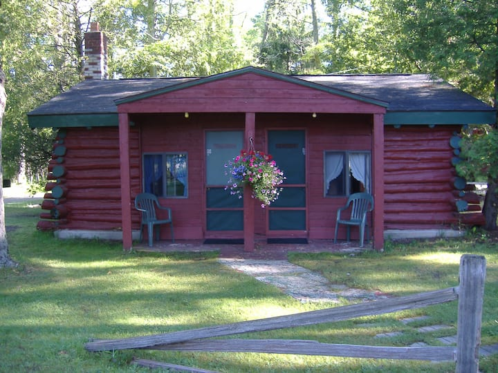 Ellis Lake Resort - Hemlock Logroom - Interlochen