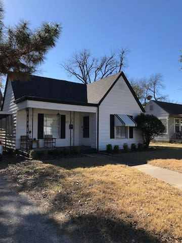 Cozy Fort Worth Bungalow Near Downtown