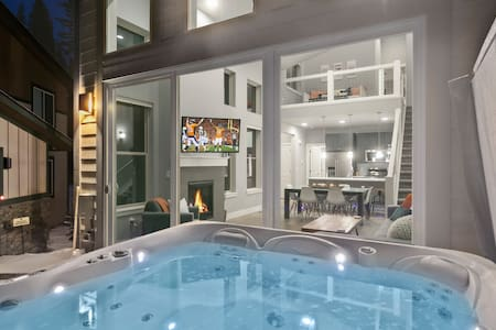 Townhome Mins to Resort & Downtown WP w/ HOT TUB