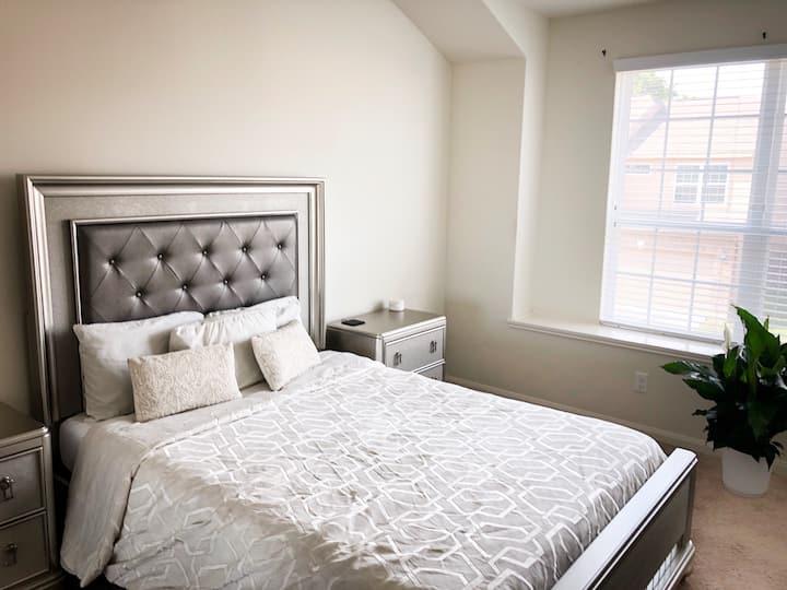 Luxurious Comfortable Clean Quiet Bedroom