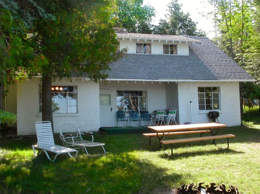 A throwback to the 1950s, this lake cottage sits 20 yards from the water.
