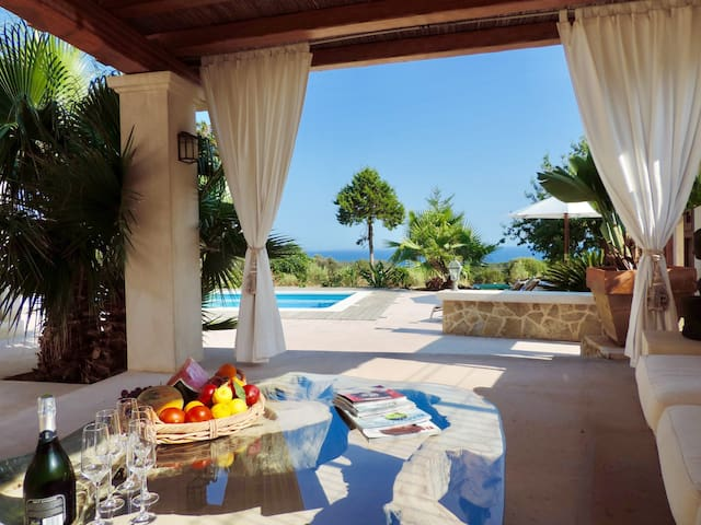 Gorgeous Villa with pool and Stunning Seaview