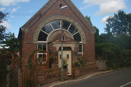 Charming chapel, lovely location - Bleasby