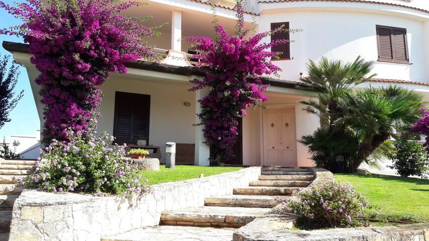 Villa con giardino  parcheggio.