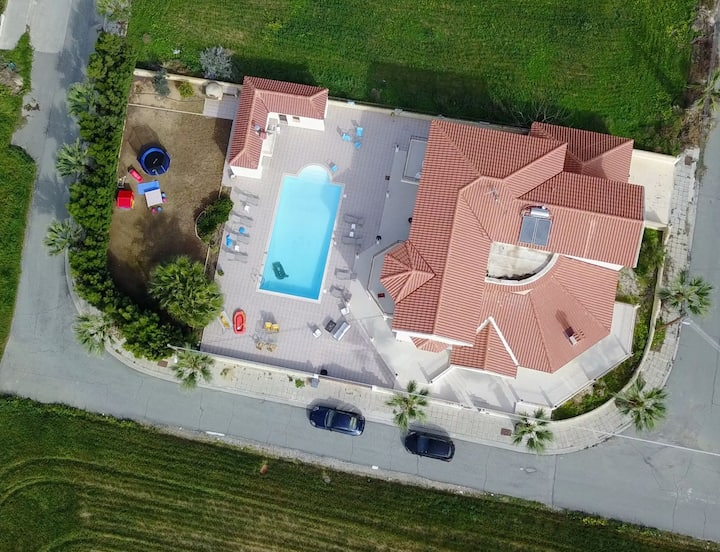 Larnaca Mansion. Ideal for 3 Families or More!!