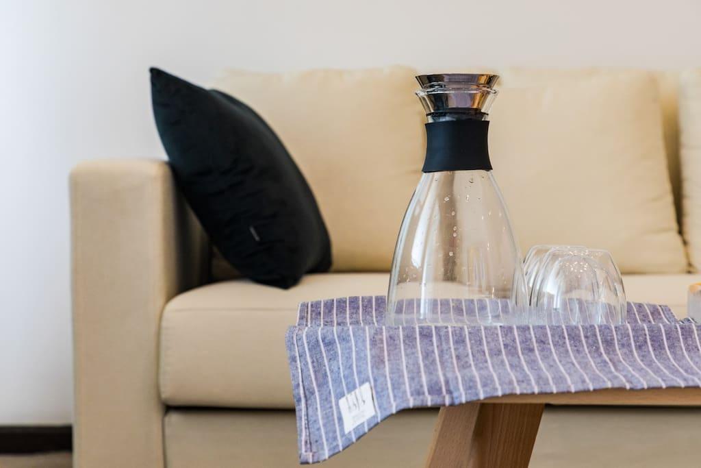 客厅沙发,采用浅色调搭配房源整个色调