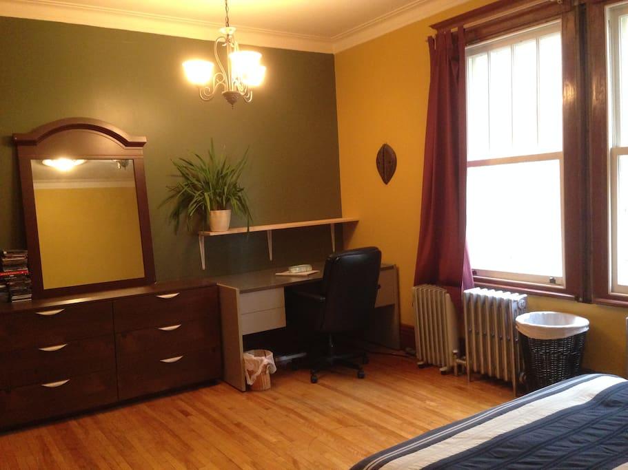 Belle grande chambre louer dans montcalm apartments for Chambre a louer quebec