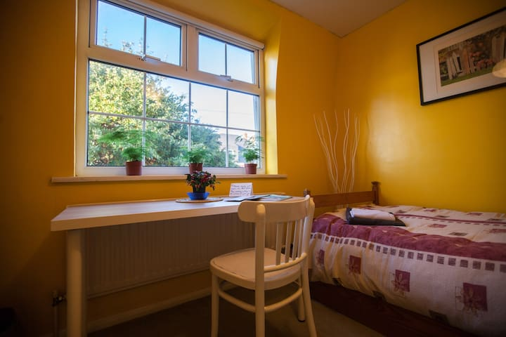 Cosy room, FREE PARKING, no cleaning fee!