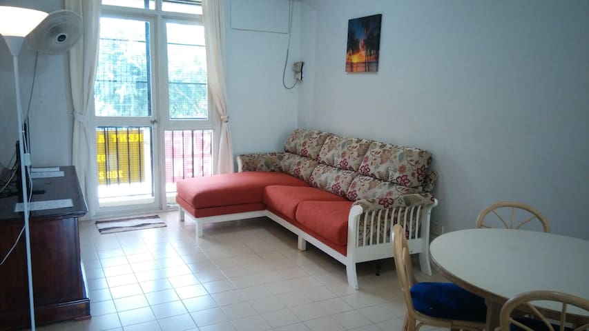 Affordable Walk to the Beach Apartment Homestay