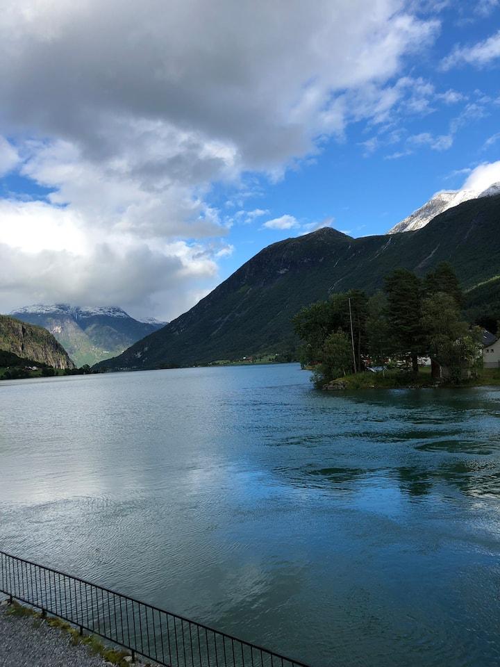 Nydelig utsikt utover vatnet og elva