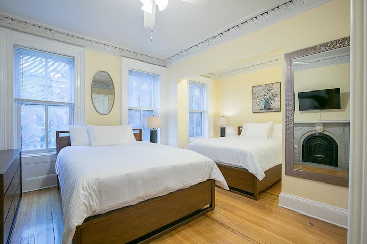 Sleeps 6 - 1 Bedroom - 1 Bath - 3 Beds - Just  7 Minutes to NYC bevb