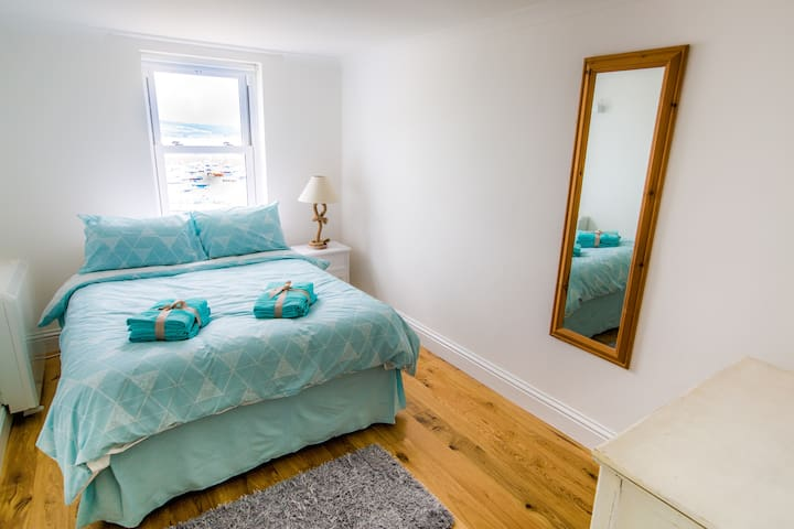 Beautiful room by Penzance Harbour! Sea Views