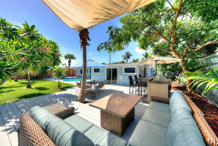 Tropical heated pool home, easy walk to the beach!