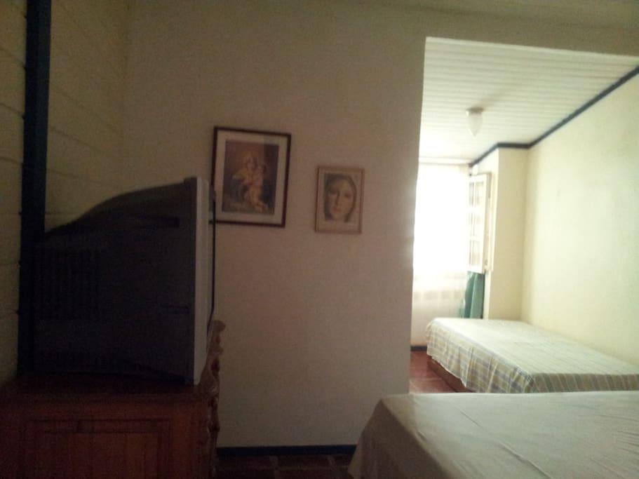 TV, ventilador de teto, 2 camas, WC
