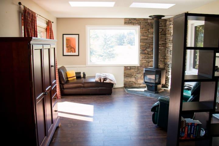 Cozy, Beautiful Main Floor Home By Kelso/Glen Eden