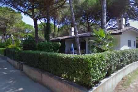 Villa Mary - con giardino recintato e parcheggio - Lignano Sabbiadoro