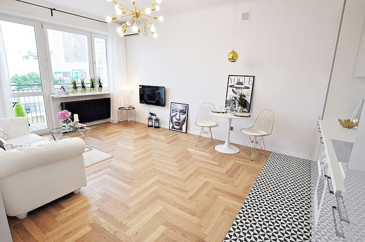 M11 City Center Stunning Apartment with Balcony