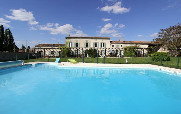 Wisteria, sleeps 6, family-friendly gite with pool - Mortagne-sur-Gironde - Hus