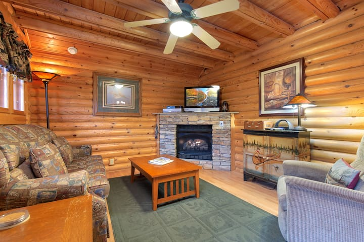 Enchanted Forest, 1 Bedroom, Sleeps 6, Jacuzzi, Pool Access, Gas Fireplace
