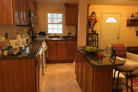 Private Room only minutes to the city! - Hyattsville - Hus