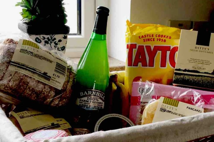 Guest welcome hamper with local food