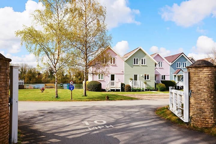 Stylish family-friendly waterfront retreat on Spring Lake in the Cotswold Water Park