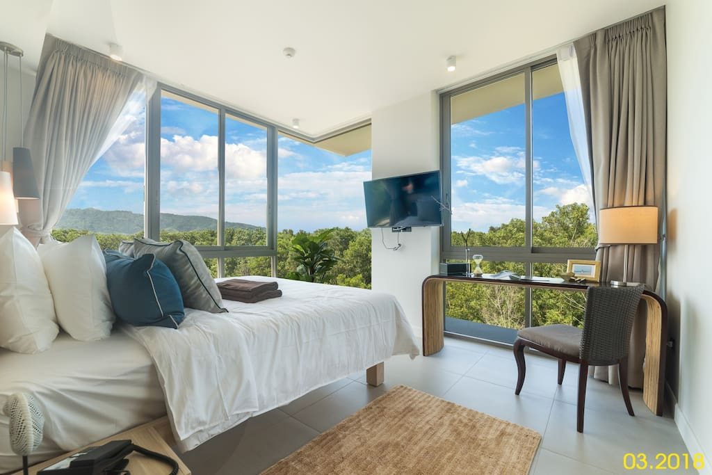 Bedroom with air conditioning, TV and mountain view