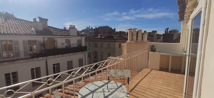 Bright studio and terrace at the Port of Marseille