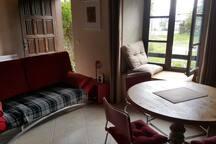 agréable pièce à vivre incluant un canapé lit.