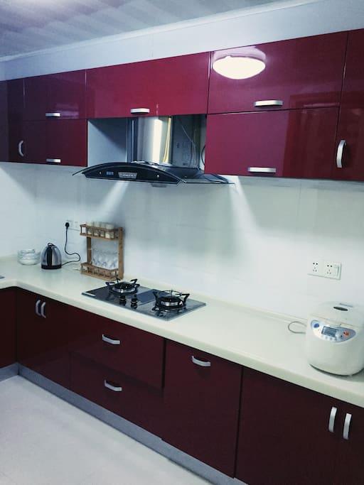 厨房:烧水壶,餐具,电饭煲,锅具,灶台等一应俱全,给在外旅行的你一个家里的厨房。  kitchen: water boiler, tableware, cookware, including rice cooker, etc. are provided like home.