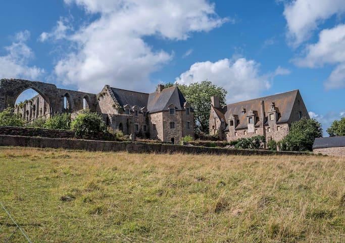 L'abbaye de Beauport se trouve à quelques centaines de mètres de la maison
