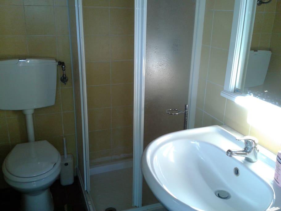 bagno esterno - external bathroom with shower - salle de bain avec douche