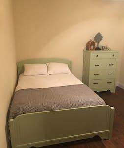 St. Louis, MO TRAVEL NURSE guest room