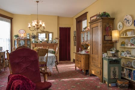 Honeymoon Suite & walk to Falls USA - Bed & Breakfast