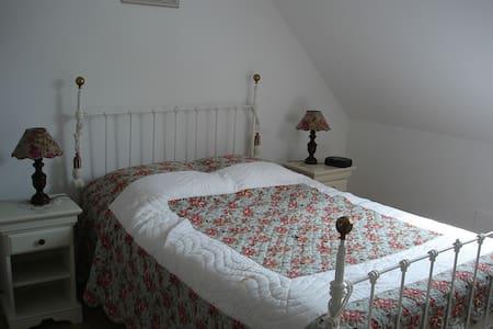 """Chambre d'hôtes """"Tournesol"""" à la campagne - Bourthes - Guesthouse"""