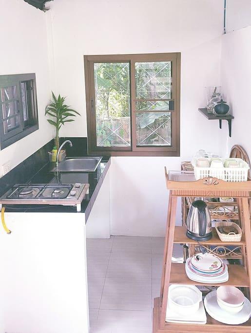 Кухня. Оснащена тостером, СВЧ-печью, электрочайником и газовой плитой.