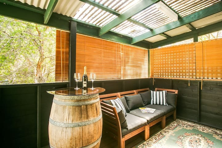 Romantic Hideaway for 2 close to ocean beach