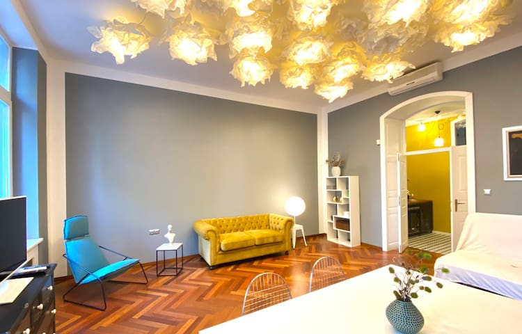 Influencer's chic, luxury apt in old town,4 guests