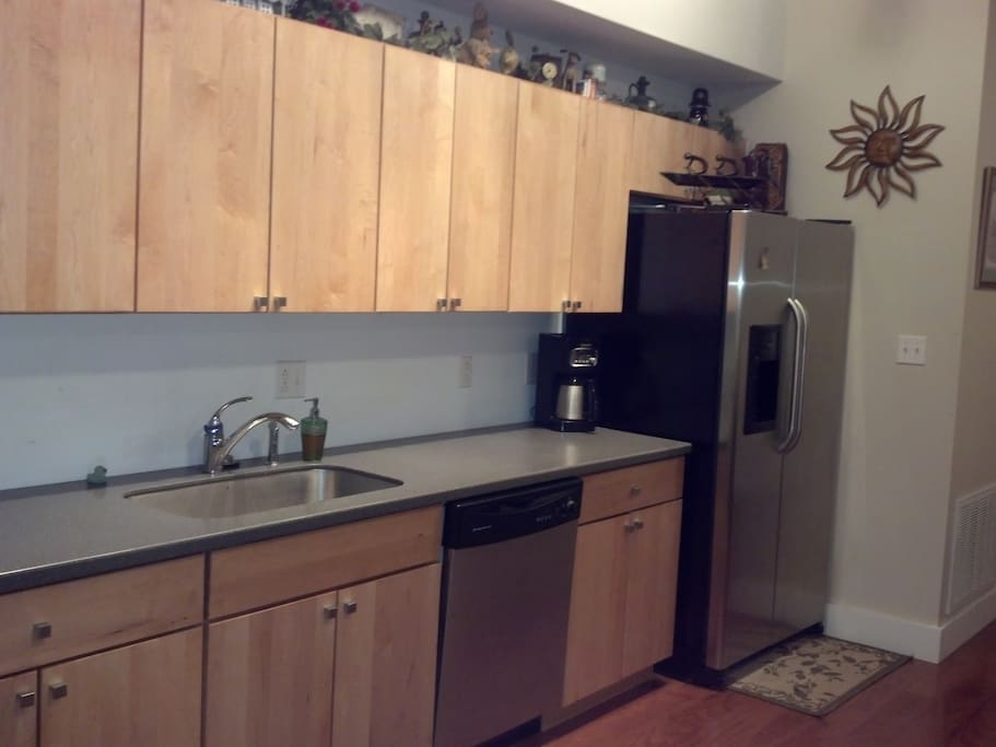 Fully equipped kitchen. All dishes, cookware, spices, Kuerig, ice maker.