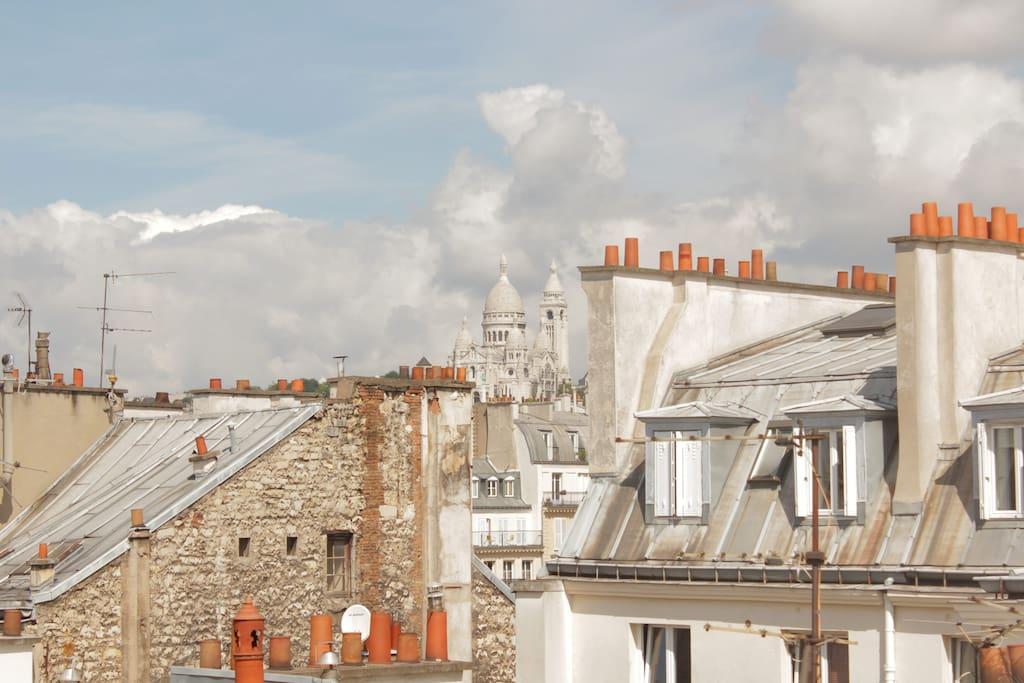 La vue sur Montmartre et les toits de Paris...