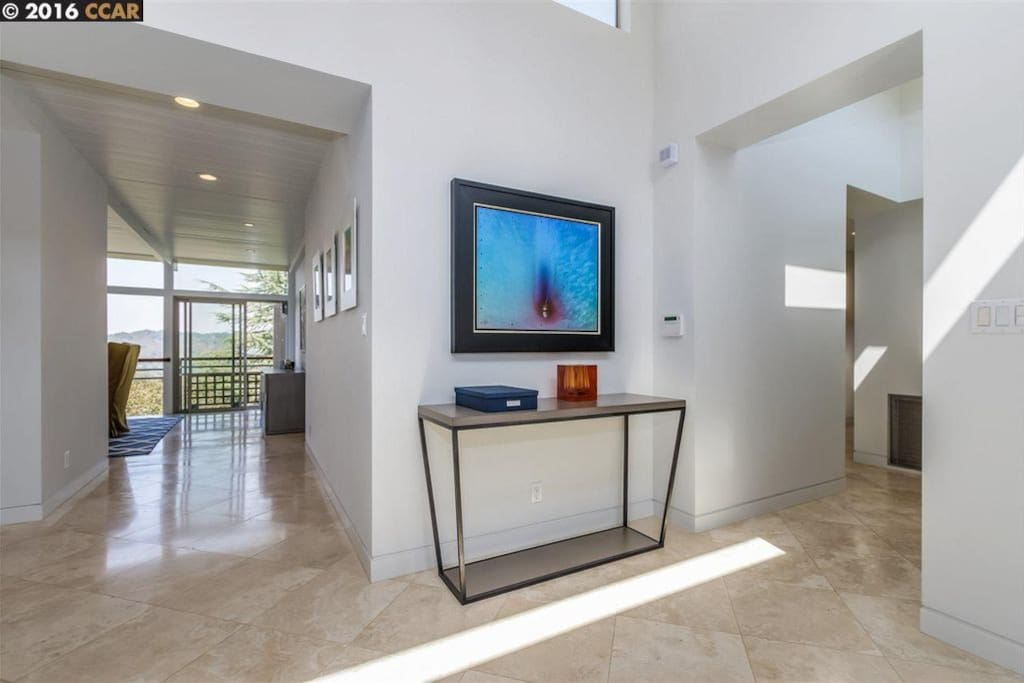 Entry way with immediate views!