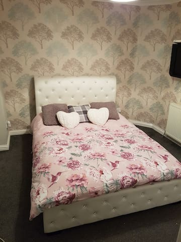 Double Bedroom in Luxury apartment - Paisley