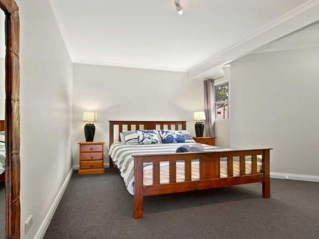 Queen bedroom main floor,
